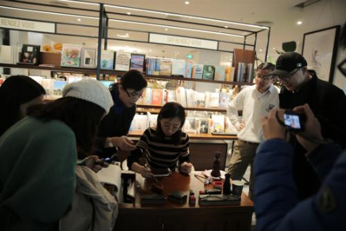 国家级非遗传承人赵慧萍现场指导嘉宾体验木板水印制作过程