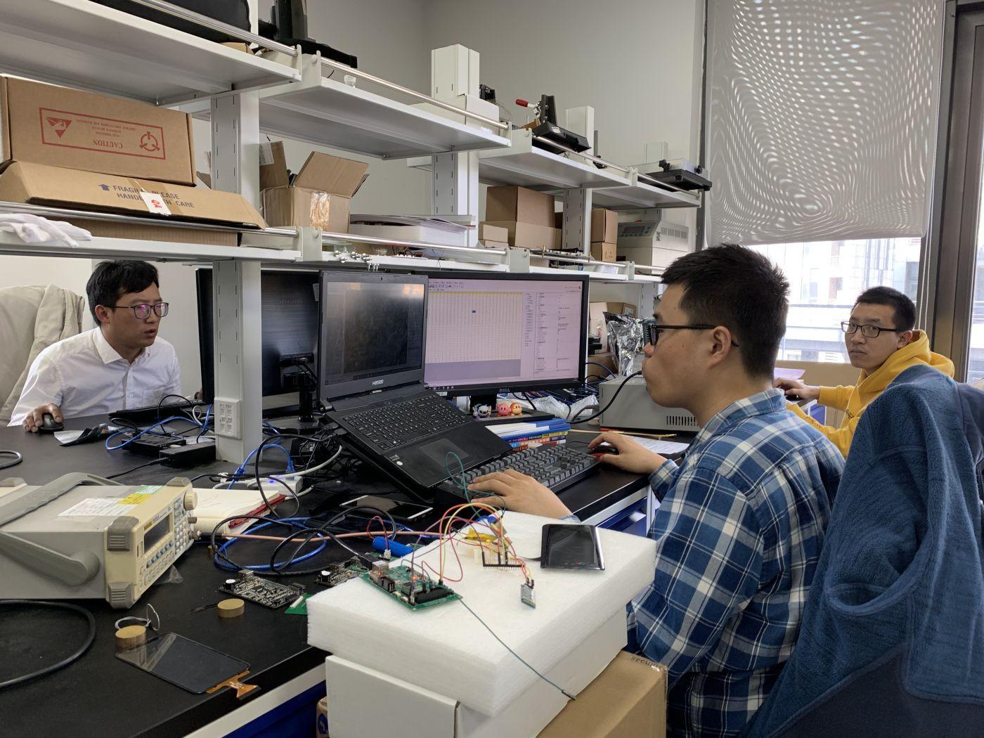 集创北方总部二层实验室,工作人员正在对芯片进行测试