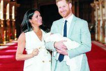 英国哈里王子夫妇携孩子首次亮相