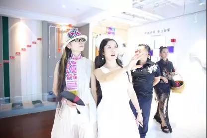 中国舞蹈艺术家、中国舞蹈家协会副主席杨丽萍(左一)与东易日盛集团总裁杨劲(左二)