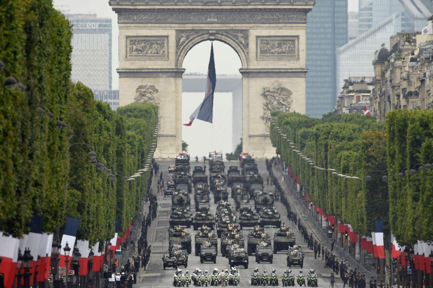 法国阅兵(新华社)