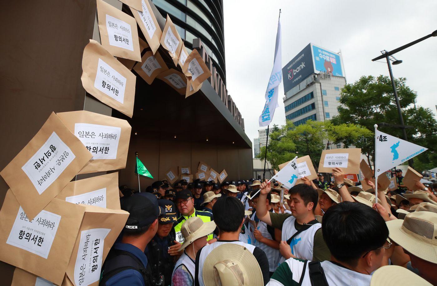 韓國民眾在日本大使館外集會 將抗議信貼上墻CFP