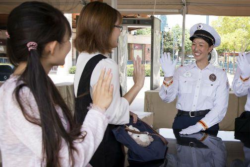 上海迪士尼度假区启动更为友好的安检流程2