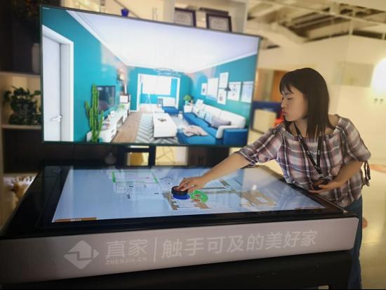 东易日盛开发的3D-VR系统,用圆形的控制器就能轻松漫游房间或完成设计