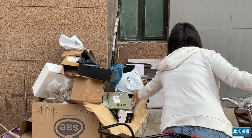 堆积的快递包装垃圾 何倩/摄