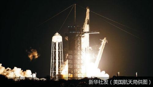 """美国""""龙""""飞船将4名美国宇航员送往国际空间站"""