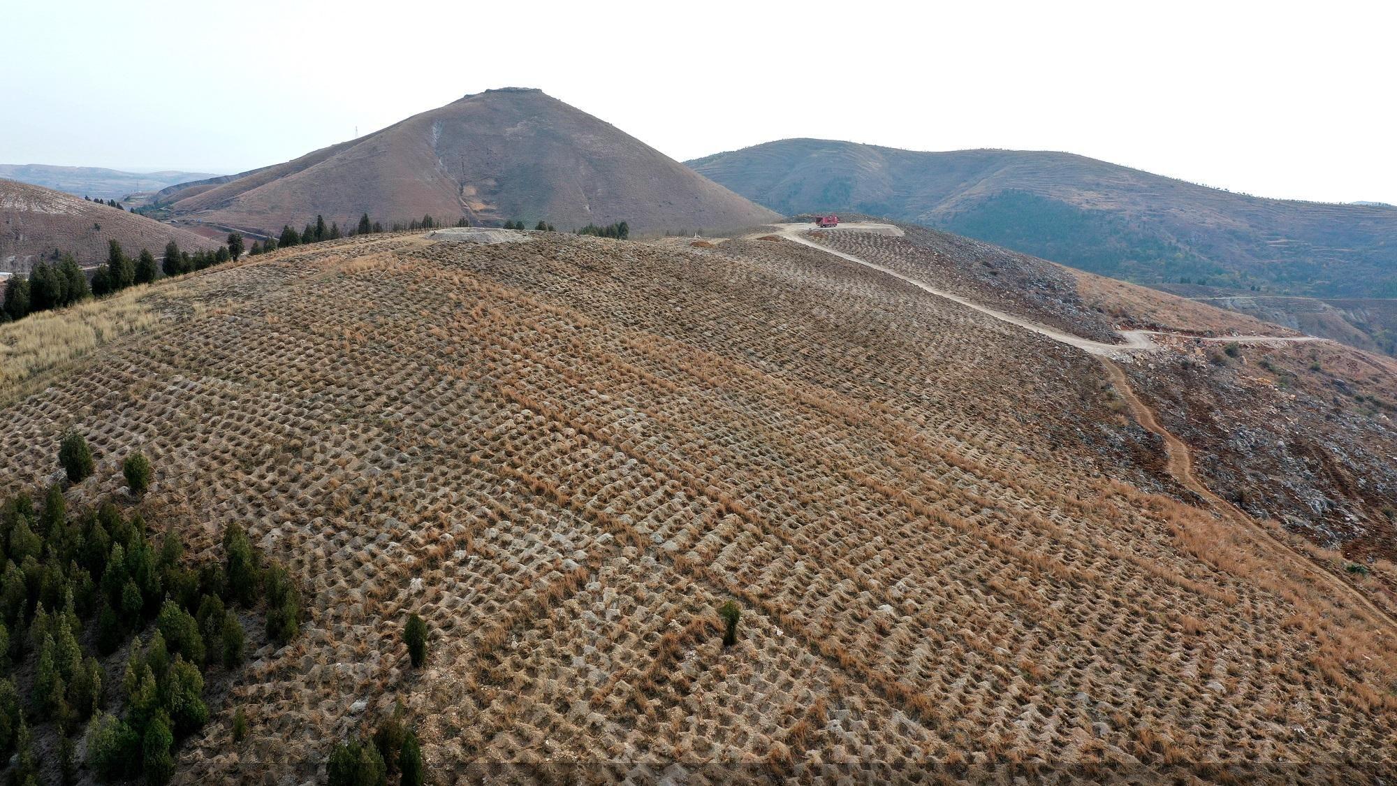 2018年12月10日拍摄的马蹬镇葛家沟荒山原貌。中共淅川县委宣传部供图